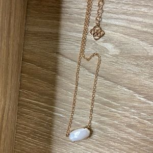 Kendra Scott  Gold Pendant Necklace In White Pearl
